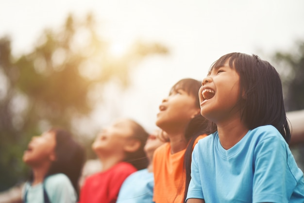 一緒に笑う子供の友人のグループ 無料写真