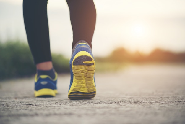 ランニングシューズを閉じてフィットネス女性のトレーニングとジョギング 無料写真