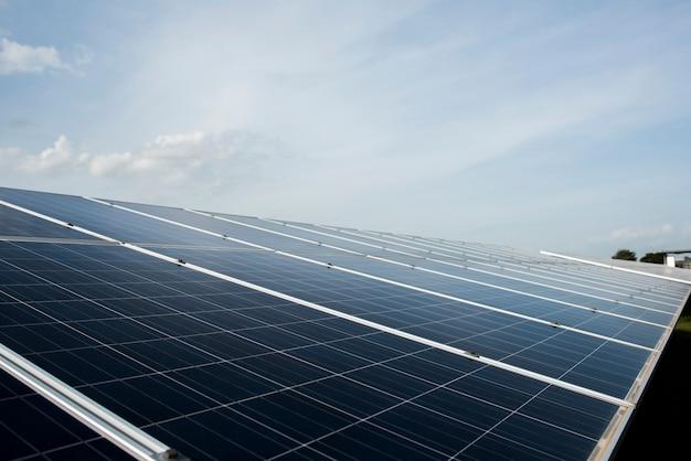 Ферма солнечных батарей на электростанции для альтернативной энергии от солнца Бесплатные Фотографии