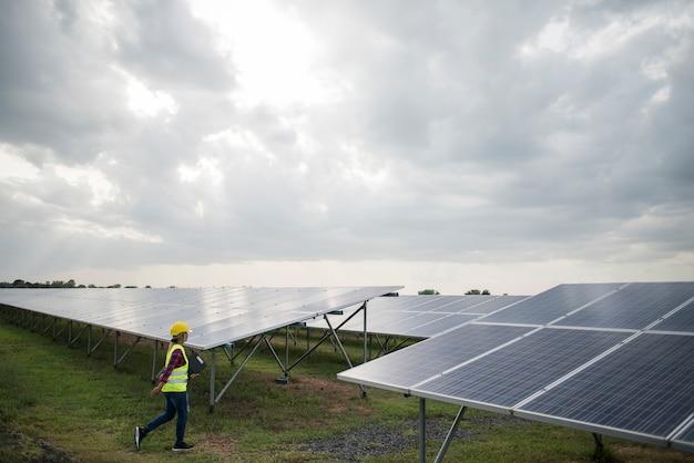 エンジニア電気女性のチェックと太陽電池のメンテナンス。 無料写真