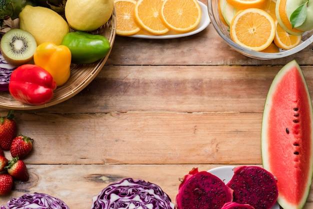 木製の背景に野菜と様々な果物 無料写真
