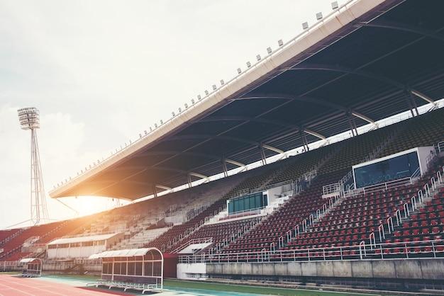 昼間の緑の芝生のピッチでスタジアムの背景 無料写真