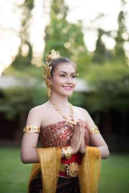 Красивая женщина в типичном тайском платье Бесплатные Фотографии