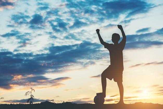 Силуэт детей играют в футбол футбол Бесплатные Фотографии