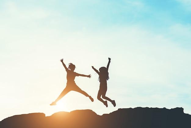 人々の幸せな時間のシルエット 無料写真