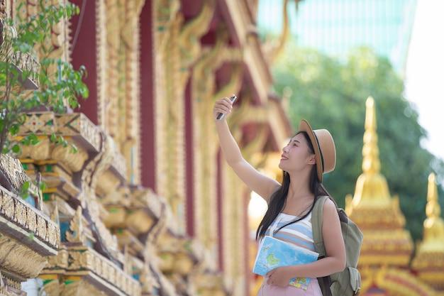 Женщины туристы фотографируют с помощью мобильных телефонов Бесплатные Фотографии