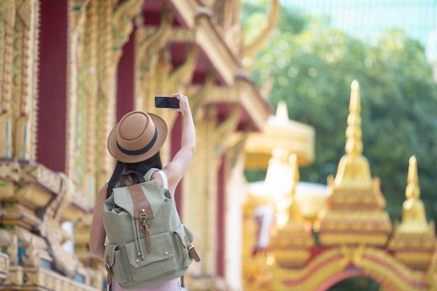 女性観光客が携帯電話で写真を撮る 無料写真