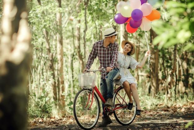 カラフルな風船と恋にカップルの肖像画 無料写真