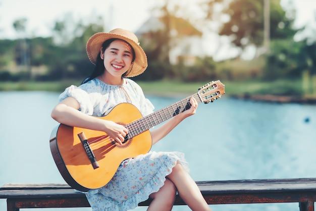アコースティックギターを弾く女性の手の画像を閉じる 無料写真