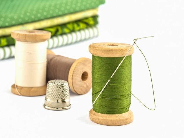 糸刺繍の木のスプールは白い背景の上の布で設定 無料写真