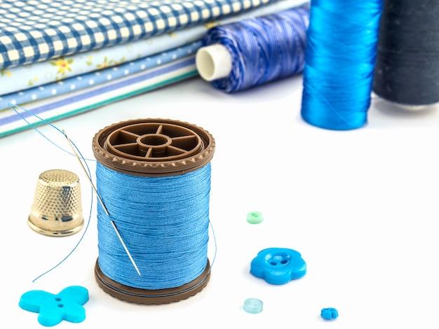 青い刺繍入り白地 無料写真