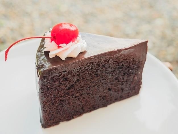 上にチェリーとチョコレートケーキ 無料写真