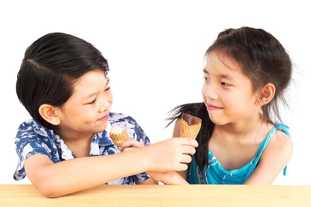 アジアの子供たちはアイスクリームを食べています 無料写真