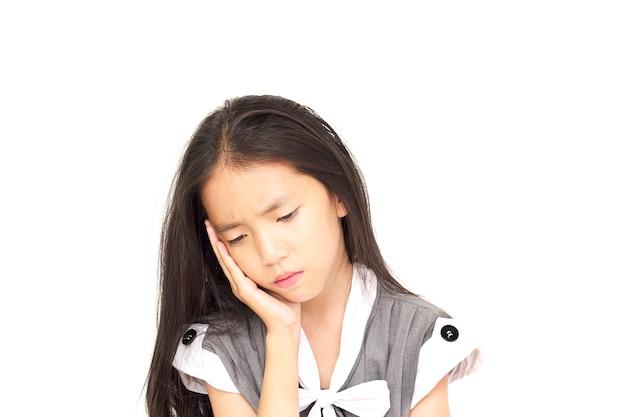 白い背景で隔離された意気消沈したアジアの女の子 無料写真