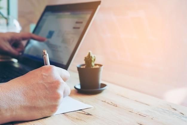 Бизнесмен работает со своим компьютером в кафе Бесплатные Фотографии