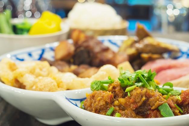 タイ北部風料理の盛り合わせ 無料写真