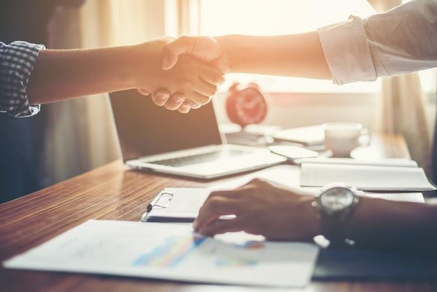 Деловых людей рукопожатие поздравительных сделки на работе. Бесплатные Фотографии