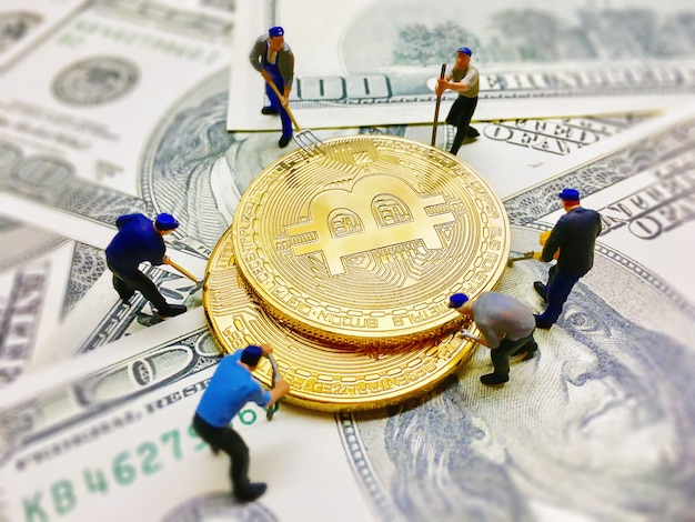Фигуры работника помогают копать монеты на фоне купюры долларов Бесплатные Фотографии