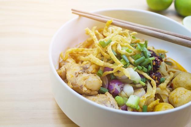 カオソイ、タイ北部のカレー麺 無料写真