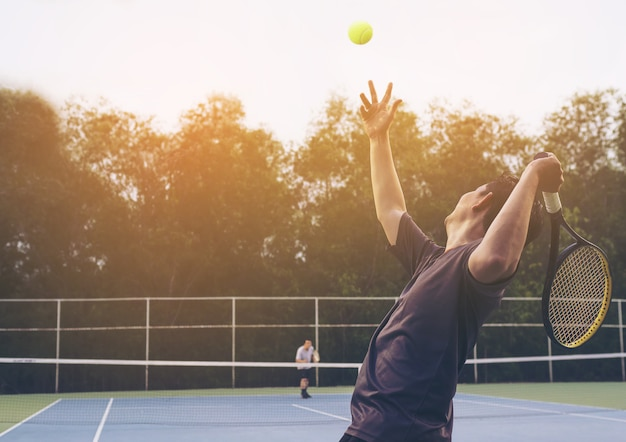 サービング選手がテニスの試合 無料写真