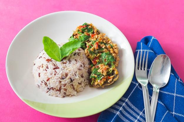 豚ひき肉と卵の炒め物、ミックスライスミールとタイ風フライドチリバジル 無料写真