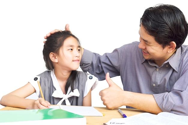 宿題をしている間彼の子供を教えるパパ 無料写真