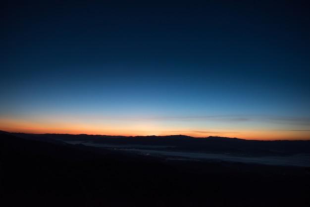 朝の山脈、シルエットレイヤー山 無料写真