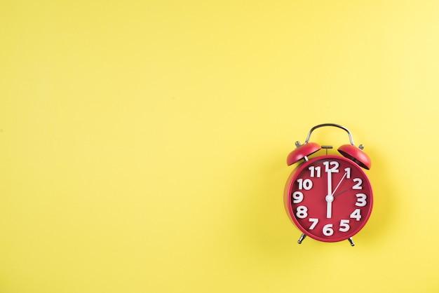 Вид сверху красный будильник Бесплатные Фотографии