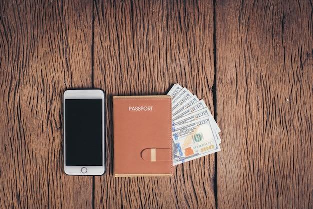Вид сверху паспорт с деньгами на фоне дерева, концепция туризма Бесплатные Фотографии