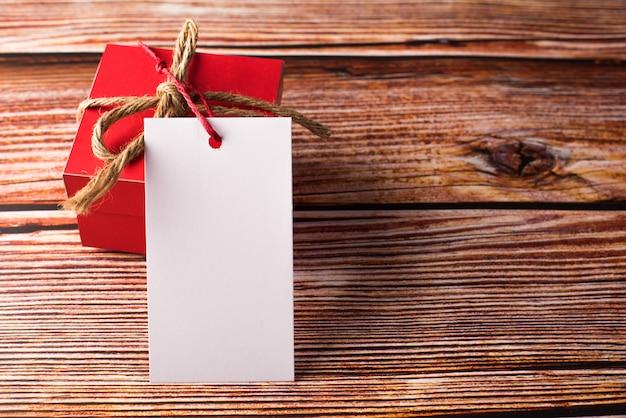 空白の白いカード付きギフトボックス 無料写真