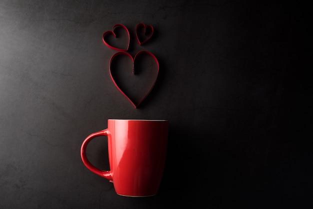 心、バレンタインデーのコンセプトと赤カップ 無料写真
