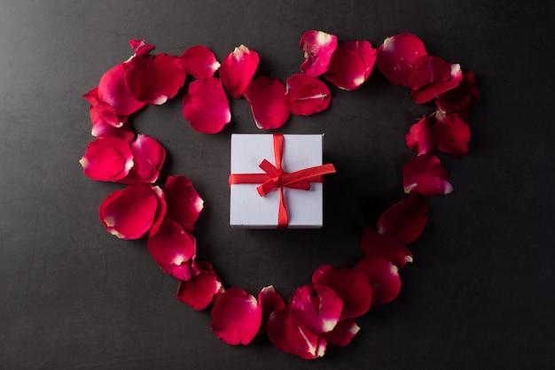 赤いバラのギフトボックス 無料写真