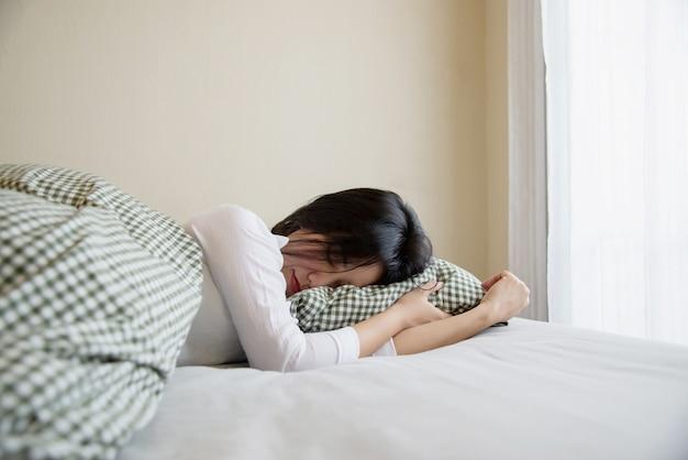 Леди спать счастливым и спокойным в чистой постели по утрам Бесплатные Фотографии