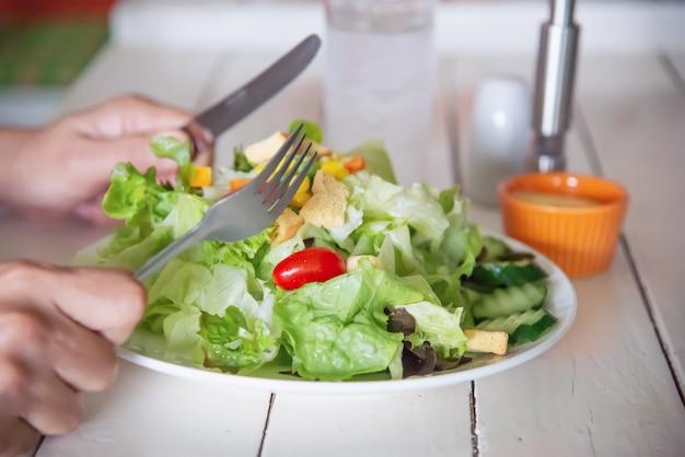 野菜のサラダを食べる準備ができている人 無料写真