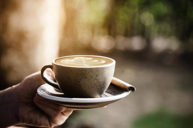 人々は美しい新鮮なリラックスした朝のコーヒーカップセットを提供 無料写真