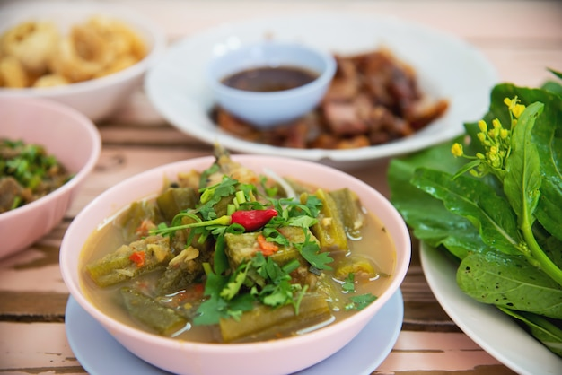 伝統的な地元北部タイ風料理 無料写真