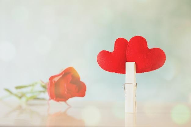 心のシンボルは、機会やバレンタインデーのお祝いのための背景にサインです。 無料写真