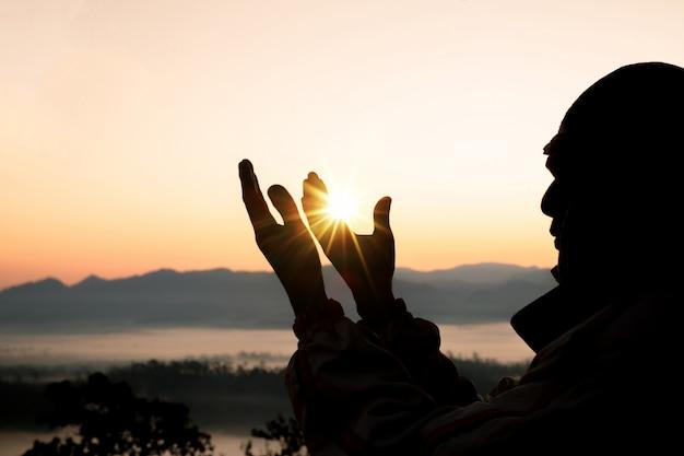 人間の手は、手のひらに礼拝を開きます。 無料写真
