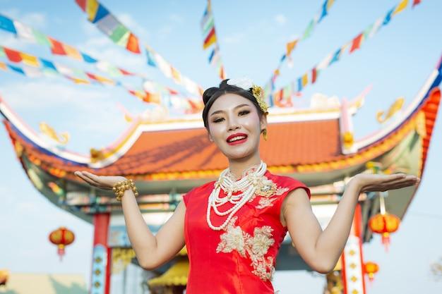 赤いスーツを着ている美しいアジアの女の子 無料写真