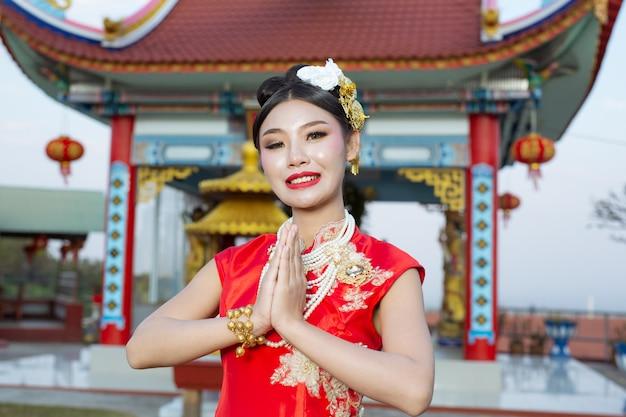 赤い崇拝を着ている美しいアジアの女の子 無料写真