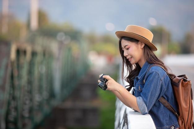 大気の写真を撮っている女性観光客 無料写真