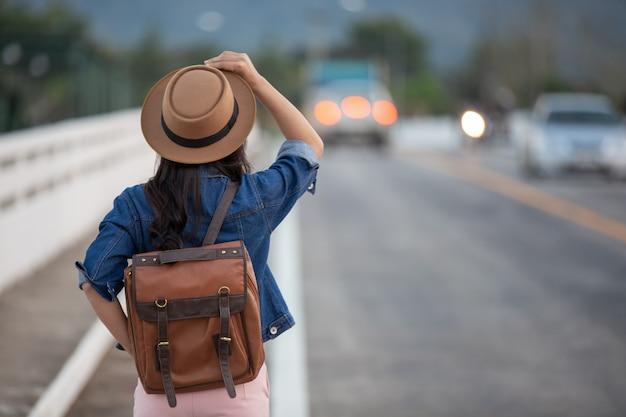 女性観光客が腕を広げる 無料写真