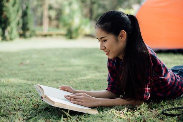 本を読んで秋の森で美しい少女 無料写真