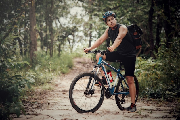 Горный байкер езда на велосипеде в осенний сезон среди деревьев Бесплатные Фотографии