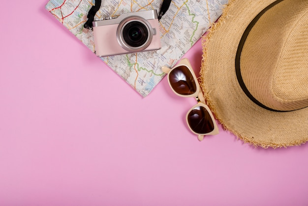 Вид сверху туристических аксессуаров и гаджетов Бесплатные Фотографии