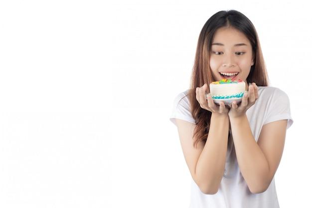 手でケーキを持って幸せな笑顔で美しいアジアの女性 無料写真