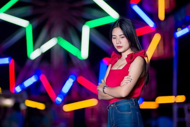 抽象的なボケ味の街の明かりで悲しい若い女性 無料写真