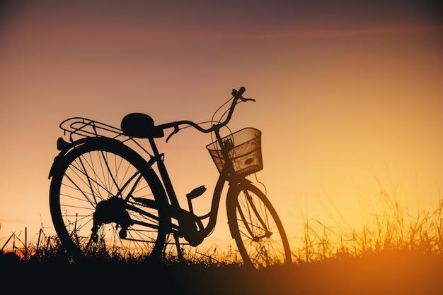 日没時のビンテージバイクのシルエット 無料写真