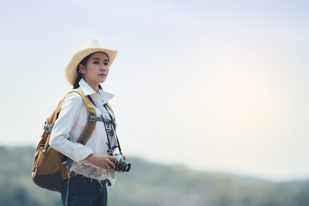 女性旅行者の山の風景をバックパックでハイキング 無料写真