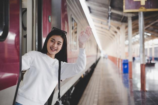 女性は駅で旅行している間幸せです。観光の概念 無料写真